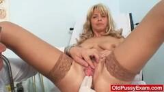 Blonde cougar clit stimulation Thumb
